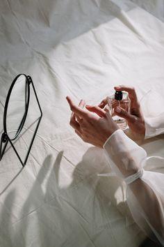 Il profumo è qualcosa di strettamente personale e richiede una scelta oculata ed attenta, niente improvvisazioni o regali fatti per seguire la moda del momento. L'olfatto di ognuno di noi ha preferenze diverse e quello che per uno può essere un odore sublime, può far letteralmente vomitare un altro. Perfume And Cologne, Best Perfume, Perfume Oils, Perfume Fragrance, Armani Fragrance, Fragrance Direct, Francis Kurkdjian, Best Fragrances, How To Stop Procrastinating