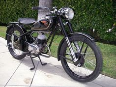 Hungarian motorbike Csepel Danuvia 125 from 1957 Classic Bikes, Classic Cars, Super 4, Old Motorcycles, Vintage Bikes, Batgirl, Car Accessories, Motorbikes, Vehicles