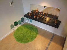 The green-like carpet is put on the ground for children to think that they are sitting/standing/playing on the grass inside. It is a sensory experience for children to have. Early Education, Early Childhood Education, Classroom Setting, Light And Space, Sensory Activities, Natural Materials, Montessori, Playroom, Environment