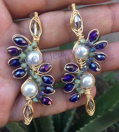 #hechoamano#hechoconamor Peacock Earrings, Amethyst Earrings, Clay Earrings, Beaded Earrings, Wire Jewelry, Beaded Jewelry, Jewellery, Earring Hanger, Diy Necklace Bracelet