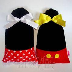 """Sacola para Lembrancinhas de Aniversário com o Tema Mickey e Minnie! Confeccionadas em Tecido 100% Algodão! Acompanha Lacinho de Fita em Cetim! Mickey: - Corpo Preto - """"Short"""" Vermelho - Botões Amarelos - Laço Amarelo Minnie: - Corpo Preto - """"Saia"""" de Poás Brancos (cores: vermelha, rosa claro ou pink) - Bico de Renda Branca na Barra - Laço Branco Pedido Mínimo: 12 unidades Dimensões: 25 cm x 14 cm Para personalizar seu pedido, consulte-nos! R$ 6,90"""