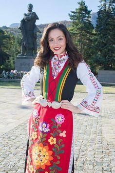 Българка Folk Fashion, Womens Fashion, Country Women, Beauty Around The World, Beautiful Costumes, Stunning Photography, Folk Costume, World Cultures, Traditional Outfits