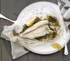Dank der Folie bleibt der Fisch auch ohne viel Flüssigkeit schön saftig und das Fleisch fällt fast von selbst von den Gräten.