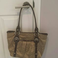 Flash sale! NWOT Tignanello Handbag New without tags beautiful handbag, plenty of pockets and compartments. Perfect for work. Reasonable offers welcome. Tignanello Bags