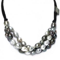 """Die Kette """"Infinite"""" mit barocken und gekreisten Tahiti-Perlen mit Lederbändern von Robert Wan ist das perfekte Schmuckstück für besondere Anlässe. Die Tahiti-Perlen sind auf drei Lederbändern aufgezogen."""