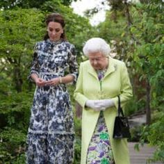 Kate Middleton Photos - Queen Elizabeth II and Catherine, Duchess of Cambridge at the RHS Chelsea Flower Show 2019 press day at Chelsea Flower Show on May 2019 in London, England. - RHS Chelsea Flower Show 2019 - Press Day Prince Andrew, Prince Harry Et Meghan, Prince William And Kate, William Kate, Chelsea Flower Show, Duchess Kate, Duke And Duchess, Duchess Of Cambridge, Meghan Markle