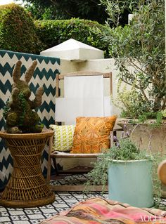 Actress Lake Bell made the most of her small backyard garden patio at her home in West Hollywood, California by layering on the prints, from her zig-zag painted wall to boho tiles and piled on patterned pillows. Lake Bell, Backyard Playhouse, Backyard Games, Backyard Ideas, Garden Ideas, Outside Living, Outdoor Living, Outdoor Life, Porches