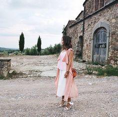 Pin for Later: DAS sind die besten Outfits für eure Instagram Bilder – wissenschaftlich bewiesen!  Aimee Song von Song of Style erschuf den perfekten Kontrast: Sie setzte ihre romantischen Pastelltöne vor eine Ruine.