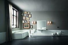 cuadros baratos, baño grande lujoso en blanco y gris. composición con fotos de erfecto vintage, marcos de madera, ventana grande