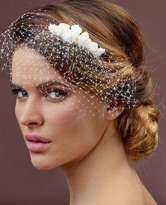 Prachtige haarcorsage van het merk Poirier, op een clip met bloemetjes. Het…