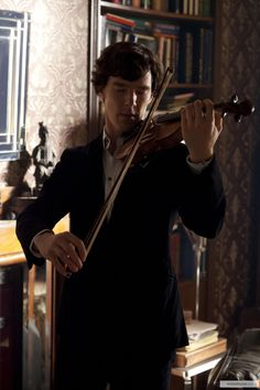 Benedict Cumberbatch in Sherlock I AM JELOUSE! I have a violin, and ever since I saw/heard sherlock play in the show, I have started practicing again. Thank you sherlock, LOL! Benedict Sherlock, Sherlock John, Sherlock Moriarty, Sherlock Poster, Funny Sherlock, Sherlock Season, Sherlock Quotes, Sherlock Fandom, Sherlock Holmes Dibujos