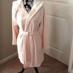 Plush Robe NWOT Super soft and comfy! With pockets and hood! Intimates & Sleepwear Robes