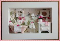 Gracioso quadro cenário de banheiro, confeccionado em mdf, <br>pintura branca, fundo em decoupage com papel importado, <br>nos tons verde e rosa, banheirinha em ceramica, miniaturas em <br>resina, vasinho com florzinhas importadas, miniaturas de toali <br>nhas, miniaturas de perfume e colarzinho, rico em detalhes! <br>*Exclusividade Atelier By Dreams!!!