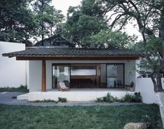 Lost Villa Boutique Hotel in Yucun,Café Courtyard Old Trees and Distanced Mountain. Image © Hao Chen
