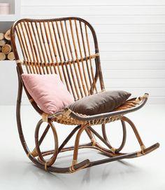Hinsetzen und entspannen – dafür ist dieser coole Schaukelstuhl aus Metall und Rattan gemacht. Aber nicht nur funktional, auch optisch macht der schicke Rückzugsort im angesagten Vintage-Stil einiges her.
