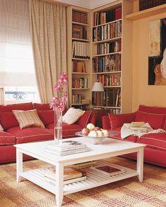 Книжный шкаф в интерьере маленькой гостиной