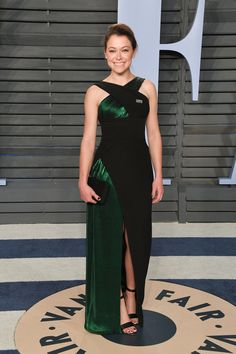 Tatiana Maslany, Sofia Boutella & Ana de Armas Glow at Vanity Fair's Oscar Party Photo Tatiana Maslany is all smiles while hitting the carpet at the 2018 Vanity Fair Oscar Party held at the Wallis Annenberg Center for the Performing Arts on Sunday… Jennifer Garner, Oscar Gowns, Tatiana Maslany, Oscar Fashion, Nice Dresses, Formal Dresses, Vanity Fair Oscar Party, Entertainment, Red Carpet Looks