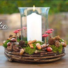 Ebben a remek videóban Esther Straub azt tanítja majd meg neked, hogy hogyan tudod elkészíteni ezt a gyönyörű, egyszerű , természetes alapanyagokból álló ( termésekkel és apró őszi hangulatú díszekkel dekorált ) koszorút , gyertyával a közepén. Szép ugye? Ez a csodás őszi asztaldísz még a legunalmasabb szobákat is nagyszerűen fel tudja dobni! Ez az őszi koszorú teljes egészében olcsó, és egyszerűen kezelhető természetes anyagokból készült, ami nagy kedvencünkké tette! ( Külön imádjuk a kis gombá Mushroom Crafts, Rose Video, Halloween, Diy Fall Wreath, Deco Table, Flower Making, Plexus Products, Natural Materials, Fall Decor