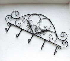Cute headboard idea for a Barbie doll bed Copper Jewelry, Wire Jewelry, Jewelry Crafts, Chicken Wire Crafts, Cow Kitchen Decor, Quilt Hangers, Wire Ornaments, Wire Hangers, Wire Weaving