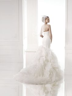 A Sweetheart neckline, strapless, tulle, fitted long bodice, full tulle skirt, bridal dress by Pronovias @instylebridal.