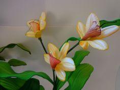 Lindos Galhos de Orquídeas em E.V.A. Modelado !!    Excelente para presentear ou decorar sua casa.    Confeccionamos em todas as cores.    OBS: Não acompanha vaso; porém confeccionamos de acordo com o gosto de cada cliente. Consulte-nos.