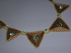 Tutorial - Trendy triangles - Delica and Swarovski beading tutorial Seed Bead Jewelry, Seed Beads, Beaded Jewelry, Triangle Pattern, Beading Tutorials, Beading Patterns, Triangle Necklace, Unique Necklaces, Necklaces