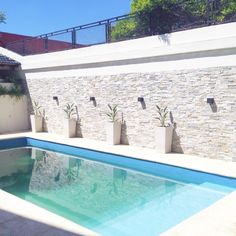 Mirá imágenes de diseños de Piletas estilo moderno: Reciclaje de un jardín con pileta descuidado. Encontrá las mejores fotos para inspirarte y creá tu hogar perfecto.