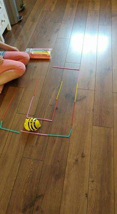 Met gekleurde rietjes een baan voor de bee-bot maken