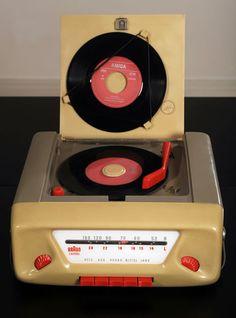 Wilhelm Wagenfeld, Tragbare Radio Phono Kombination Combi, 1954/55.  Max Braun AG; Kunststoff (Plastic)