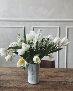 Design Tales Berlin - Decor & Insta-Design Inspiration | Cool Chic Style Fashion Flower Centerpieces, Flower Arrangements, Vogue Living, White Tulips, Site Design, Floral Bouquets, Magazine Design, Rustic Style, Spring Flowers