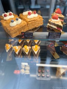 Budapest rejtett kincsei: orosz kézműves cukrászat - világevő Naan, Budapest, Family Travel, Desserts, Food, Family Trips, Tailgate Desserts, Deserts, Essen