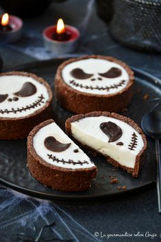Good evening friends, that's it we are almost there … the end of the month of October with the party of Halloween to close it … Source by armellegombaud Chocolat Halloween, Bolo Halloween, Postres Halloween, Dessert Halloween, Halloween Baking, Halloween Appetizers, Halloween Dinner, Halloween Celebration, Halloween Food For Party