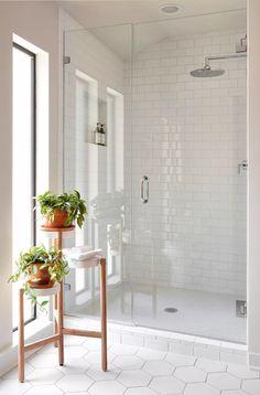 40 Modern Bathroom Tile Designs and Trends 40 moderne Badezimmerfliesen Designs und Trends Modern White Bathroom, Modern Bathroom Design, Bathroom Interior Design, Bathroom Grey, Bath Design, White Subway Tile Bathroom, Bathroom Ideas White, Bathroom Mirrors, Hexagon Tile Bathroom Floor
