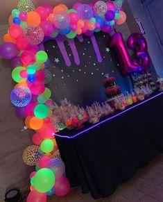 Sleepover Birthday Parties, Birthday Party For Teens, 18th Birthday Party, Neon Birthday Cakes, Birthday Ideas, Glow Party Decorations, Birthday Party Decorations, Glow In Dark Party, Party Time