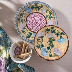 Duas das mais valiosas especiarias de nossa história são as inspirações do novo desenho. As flores de cravo rosa, roxo e branco, com sua simbologia de felicidade, gratidão e amor, são emolduradas por um friso marrom representando o cravo-da-índia e a canela, sob um fundo amarelo ocre que traz a sensação de sabores.  Essa viagem por entre flores, aromas e sabores remete a rica historia das grandes descobertas feitas na rota para as Índias que culminaram na chegada dos portugueses ao Brasil e…