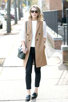 Fall / winter - street chic style - street style - fall outfits - casual outfits - work outfits - office wear - business casual - white sweater camel long vest black ankle pants black loafers black shoulder bag black sunglasses love the style! Long Vest Outfit, Ärmelloser Mantel, How To Wear Loafers, Black Ankle Pants, Look Street Style, Street Chic, Street Styles, Paris Street, Look Blazer