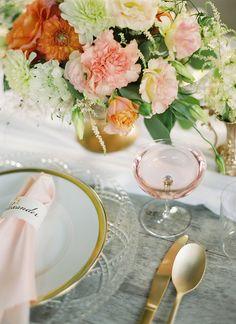 Elegant Blush e Ouro Pôr | Peaches & Mint Fotografia | Um casamento Blooming Primavera cheia de luxúrias Flores em Peach e Fresh Green - http://heyweddinglady.com/blooming-spring-wedding-full-of-lush-flowers/
