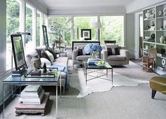 How To Layer Rugs Like a Champ — Apartment Therapy Design Lessons. Motta á teppi......