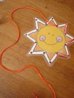 Een zon lamineren en dan met perforator gaatjes erin maken. Met een gekleurd draad ga je dan borduren