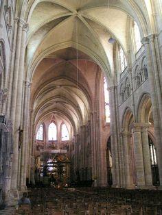 Catedral de Sens (Francia), siglo XII. Bóvedas de cruceria sexpartitas. Articulación mural en tres pisos: arcada, triforio y ventanales. Alternancia de pilares y columnas. Carece de tribuna y de cripta.