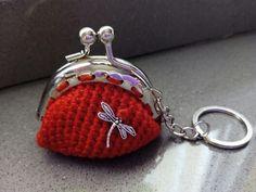 Llavero-modero rojo con libelula