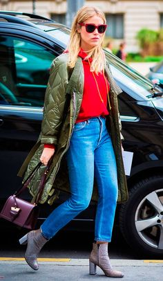 Moletom vermelho com mom jeans e puffy jacket verde militar.