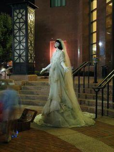 Amanda Palmer trabajando como estatua viviente. Gracias a ella empeze a apreciar el trabajo de los artistas callejeros. Creo que ofrecer al publico un poco de arte, a cambio de la libertad de poder dejar o no dejar dinero, es algo admirable. ;)