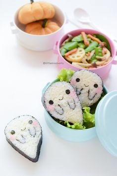 Bento box lunches are a great way to introduce some creativity into your kiddo's diet! This Boo Ghost Sushi Bento idea makes such a fun lunchtime treat for the Halloween season! Cute Bento Boxes, Bento Box Lunch, Bento Food, Sushi Lunch, Box Lunches, Kawaii Bento, Japanese Food Art, Japanese Sweets, Comida Disney