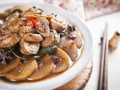 白蘿蔔燒麵輪雖稱不上什麼大菜,但是一定是很多人熟悉的菜,也是老爺喜歡的一道,只要有這盤就很下飯了。花椒是生麻熟香,在這裡我要的是花椒的香氣,所以先將花椒炒...
