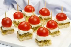 🌟Tante S!fr@ loves this📌🌟Mini caprese hapjes Party Food And Drinks, Snacks Für Party, Tapas Buffet, Good Food, Yummy Food, Holiday Snacks, Tea Sandwiches, Clean Eating Snacks, Finger Foods