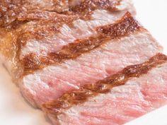 今回は、お肉のプロが推奨する「最新ステーキの焼き方テクニック」をご紹介します。「フライパンに入れたら強火で○秒」など、さまざまな「コツ」が必要とされているステーキ。でも、細かい決まりを気にし過ぎて、調理中に慌ててしまうことありませんか? (2ページ目)