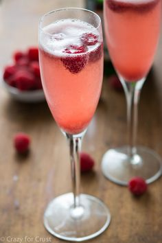 Champagne Punch Bellini made with just 3 ingredients! Champagne, sparkling wine, or prosecco Sorbet That's it! Scoop some sorbet into a glass and fill with champagne. Top with a fresh raspberry and you're done. New Years Eve Drinks, New Year's Drinks, New Year's Eve Cocktails, New Years Eve Food, Party Drinks, Fun Drinks, Yummy Drinks, Alcoholic Drinks, Beverages
