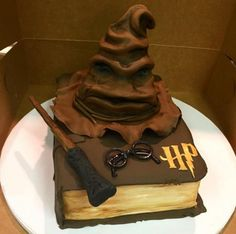 This Sorting Hat all Harry Potter fans will fall in love with. This Sorting Hat all Harry Potter fans will fall in love with. Bolo Harry Potter, Gateau Harry Potter, Harry Potter Birthday Cake, Harry Potter Food, Harry Potter Wedding, Harry Potter Book Cake, Fall Cake Recipes, Fall Desserts, No Bake Desserts