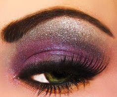 Maquillaje de ojos morado con plata, encuentra más en http://www.1001consejos.com/